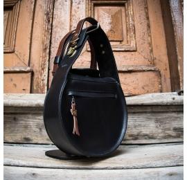 skórzana torebka w kolorze czarnym z zewnętrzną kieszonką na zamek