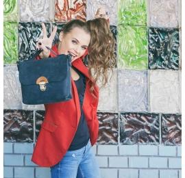Mała torebka z paskiem idealnym do noszenia na ukos, torba ze skóry w kolorze Granatowym