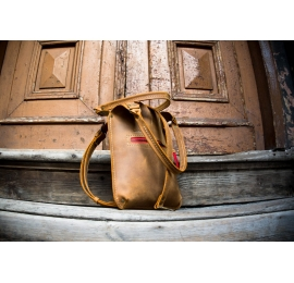 Leather bag in Whiskey colour with exterior pocket perfect for phone