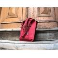 Ledertasche in Himbeerfarbe mit Außentasche und langem abnehmbarem Umhängeband