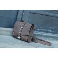Sac bandoulière de couleur brun clair fabriqué par Ladybuq Art en cuir de haute qualité