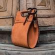 élégant sac à main de couleur orange avec longue bandoulière réglable de couleur marron