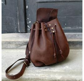 Maja dans un sac en forme de sac de couleur marron chocolat avec un sachete et une longue bandoulière faite par Ladybuq Art