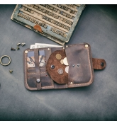 petit portefeuille marron avec poche à monnaie fermée par une sieste faite par ladybuq
