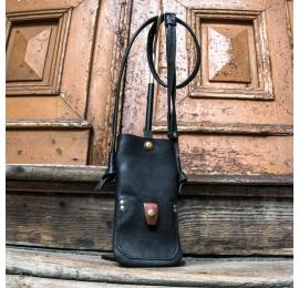 czarny pokrowiec na telefon z regulowanym paskiem skórzany ręcznie wykonany pokrowiec na iphone od ladybuq