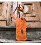 Housse de téléphone en cuir orange originale sur une sangle faite par ladybuq art