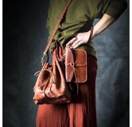 torebka maja w kolorze koniakowym z dodatkową kopertówką, paskiem na ramię, odpinaną podszewką i uchwytem do ręki
