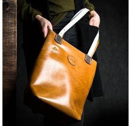 torebka skórzana w kolorze camelowym z białymi paskami, damska torba na co dzień, prezent dla niej