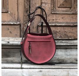 sac en couleur framboise avec longue bandoulière réglable en set made by ladybuq art