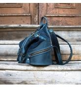 skórzany plecak w kolorze granatowym z wygodną zasuwaną kieszenią na plecach
