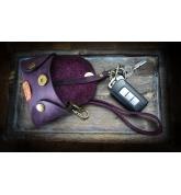 Skórzane etui na klucze, mały pokrowiec na klucze z paskiem na nadgarstek w kolorze Śliwkowym