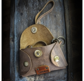 Unikalna kluczówka w kolorze Brązowym z wygodnym paskiem na nadgarstek od Ladybuq
