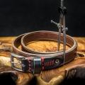 strapazierfähiger Ledergürtel in braunen und schwarzen Farben mit roten Ziernähten