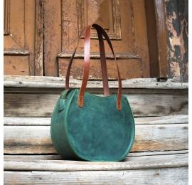 zielona skórzana torebka z zewnętrzną kieszenią i wygodnymi paskami na ramię