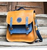 grand sac à dos pouvant se porter aussi à l'épaule ou à la main en coloris camel et bleu fabriqué par ladybuq
