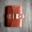 Wielofunkcyjny portfel w rudym kolorze wykonany z naturalnej skóry.
