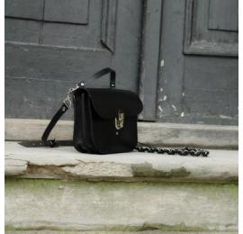 Piękna torebka z paskiem na ukos oraz uchwytem do ręki będzie idealnym dopełnieniem każdego stroju
