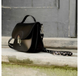 Kleine Tasche, die zu jeder Tasche passt, die komplett aus Naturleder in schwarzer Farbe gefertigt ist