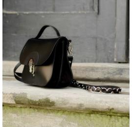 Mała torebka która pomieści wszystkie najpotrzebniejsze rzeczy wykonana w całości z naturalnej skóry w czarnym kolorze