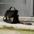 Petit sac qui conviendra à tous les besoins Sac fait entièrement en cuir naturel de couleur noire