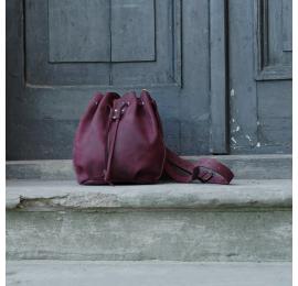 Worek skórzany w kolorze buraczkowym to idealna torebka na lato od Ladybuq Art