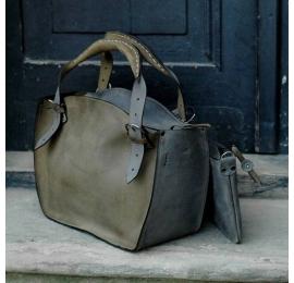 Sac artisanal Kuferek en cuir naturel avec une pochette kaki et grise