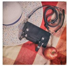 czarny skórzany portfel z długim paskiem na ramię i miejscem na telefon