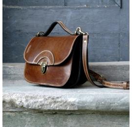 Petit sac d'été dans un beau sac de style vintage de couleur marron avec garnitures en cuir de couleur or antique