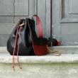 Sac à dos en cuir avec une longue bandoulière et un sachet pour les petits objets, une autre belle création Ladybuq Art