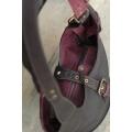 Torebka skórzana Ladybuq z długimi paskami i zamkiem wersja czarno-bordowa rozmiar S
