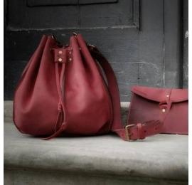 Sac Maja couleur Framboise parfait pour l'été avec une bandoulière et un petit sac intérieur de Ladybuq Art