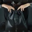 Eine Ledertasche aus Naturleder Rucksack ladybuq handgefertigt schwarz