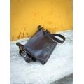 handgefertigte Lederhandtasche aus dunkler Schokolade
