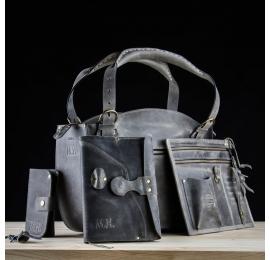Un bel ensemble en cuir contenant un coffre, un portefeuille, un agenda et un carnet